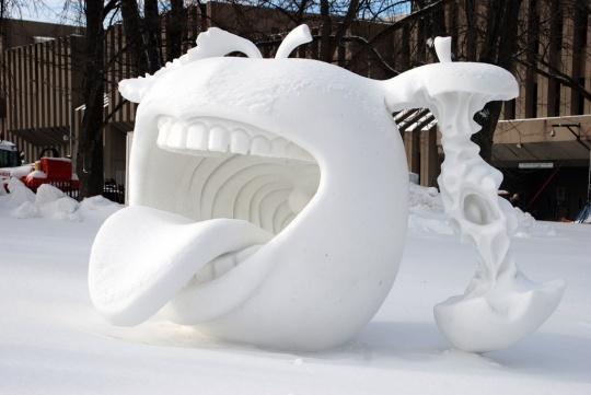 Sculpter la neige...original! dans J'aime sculpture-de-neige-en-forme-de-pomme