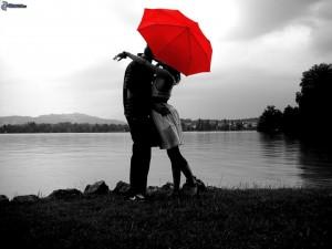 couple avec parasols, couple au bord du lac, etreinte, amour 162789